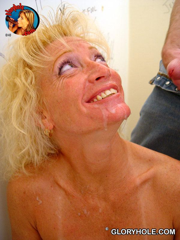 Подтянутая светловолосая девушка Heather Milf занимается сексом в опытный рот в туалете. Порно Heather.
