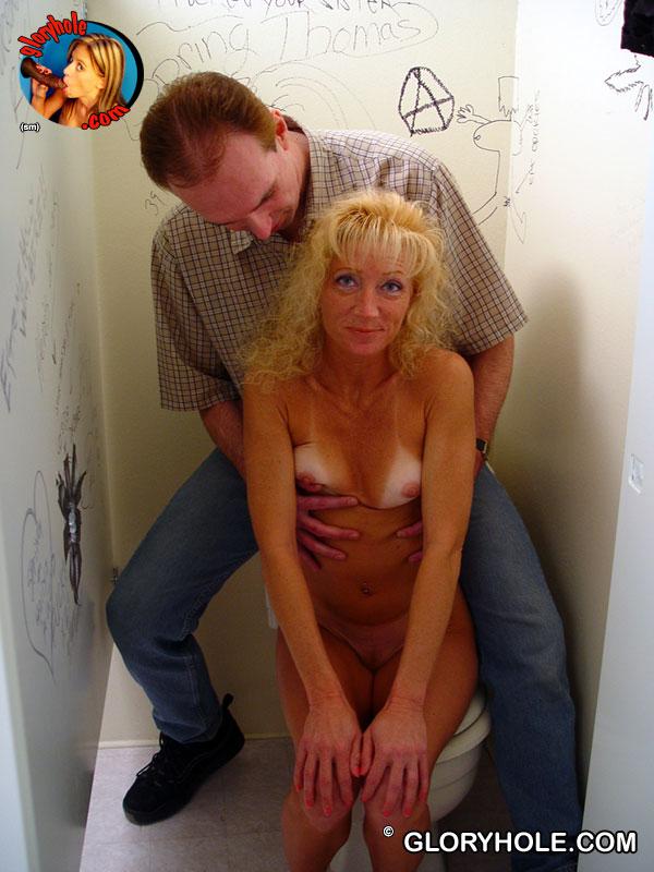 Подтянутая светловолосая девушка Heather Milf занимается сексом в опытный рот в туалете. Порно светловолосый.