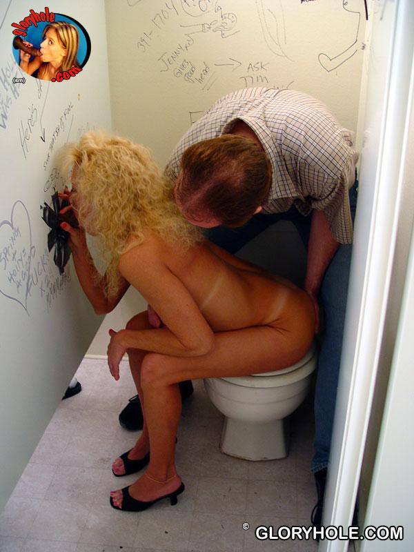 Подтянутая светловолосая девушка Heather Milf занимается сексом в опытный рот в туалете. Порно подтянутый.
