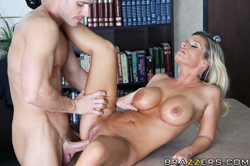 Опытная блондиночка с громадными дыньками Kristal Summers обнажается полностью и принимает в себя крупный член на работе. Порно блондиночка.