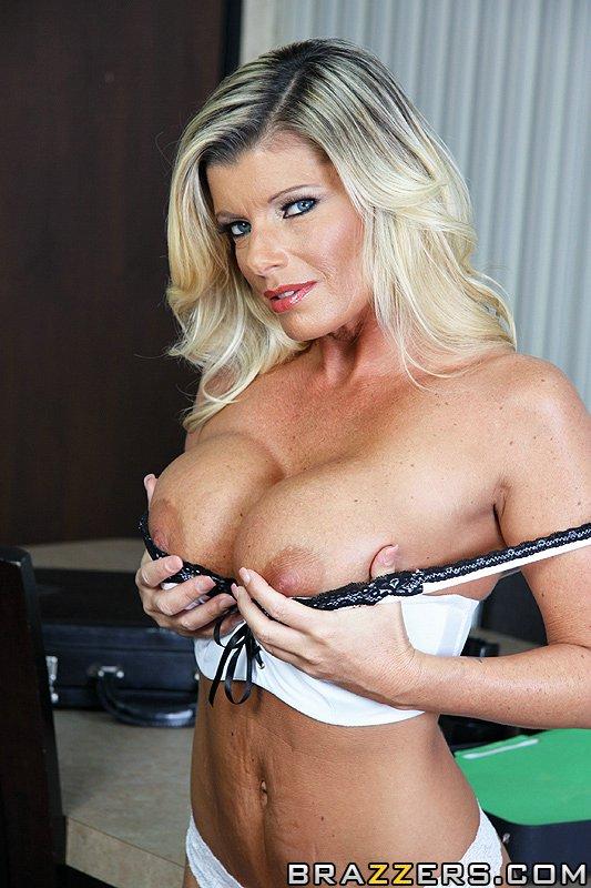 Опытная блондиночка с громадными дыньками Kristal Summers обнажается полностью и принимает в себя крупный член на работе. Порно пенис офисе.
