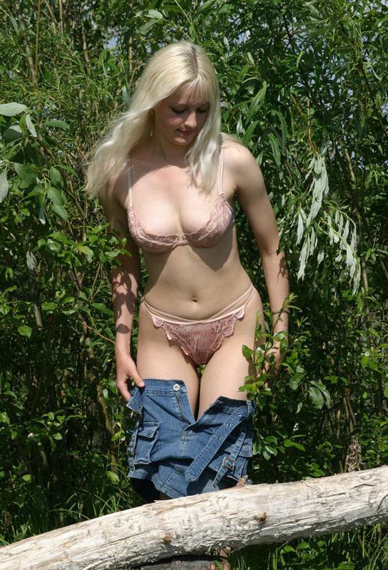 Крестьянка выставила напоказ нижнее белье деревенскому жителю. Порно эротическое белье.