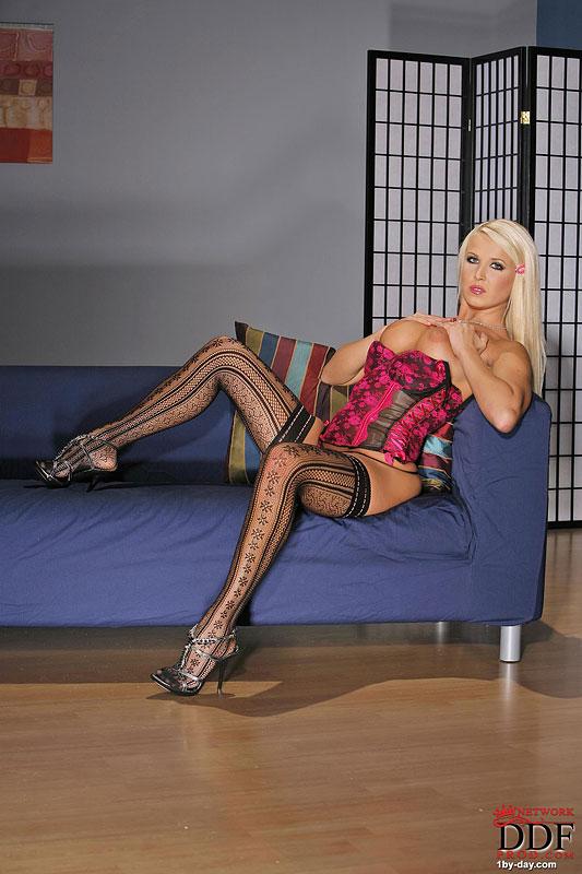 Блондинка Cabiria спускает белье и обнажает огромные дойки. Порно блондинка.