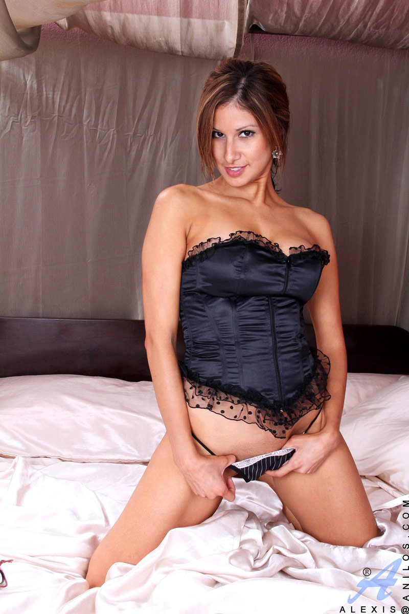Брюнетистая тёлка Alexis Anilos дразнится огромными буферами и наслаждается дилдо внутри пизды. Порно телка.