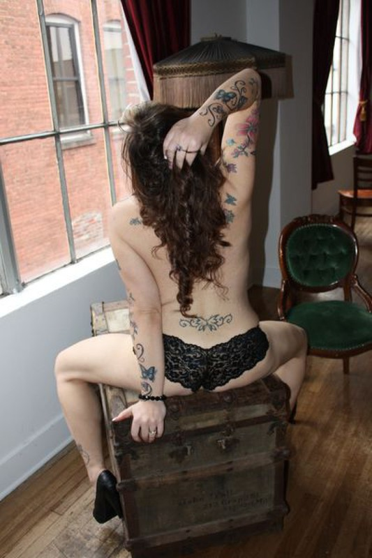 Дама разукрасила свое тело наколками. Порно дамочка.