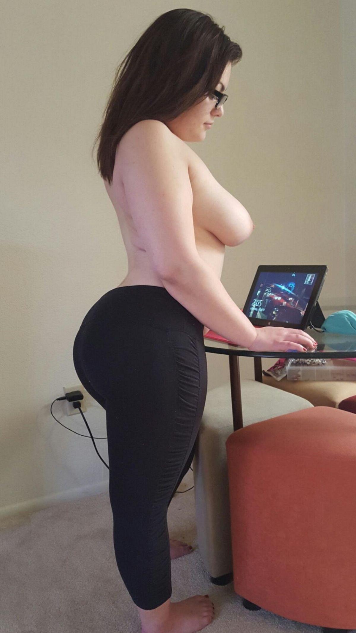 Сучки с жирком на теле снимают одежду перед объективом. Порно жирок.