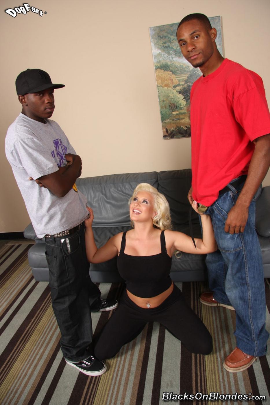 Два черных работящих чувака дублетом трахают светлую модель титястую давалку Andi Anderson. Порно шалаву Andi.