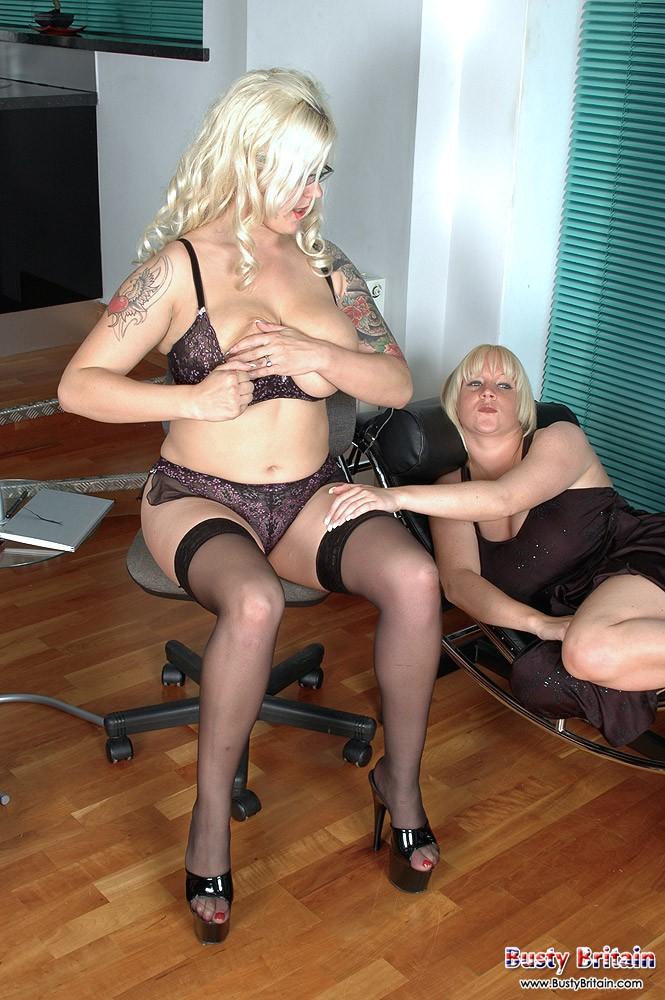 Две нагие тёлки с громадными сисясндрами. Порно больший.