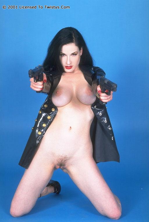 Пышногрудая Dita Von Teese в черном латексе и с оружием. Порно Пышногрудая.