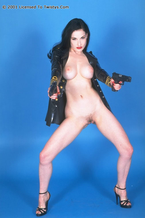Пышногрудая Dita Von Teese в черном латексе и с оружием. Порно dita.