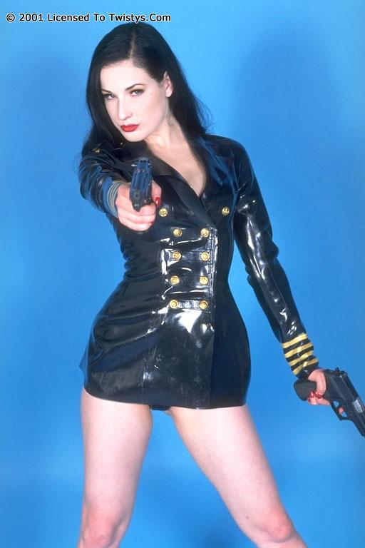 Пышногрудая Dita Von Teese в черном латексе и с оружием. Порно черный.