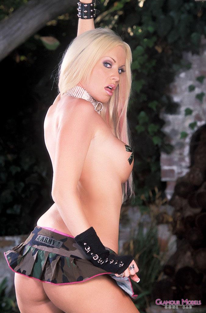 Титястая фетишистка с идеальном торсом Cailey Taylor стаскивает юбочку и растопыривает жопу. Порно Титястая.