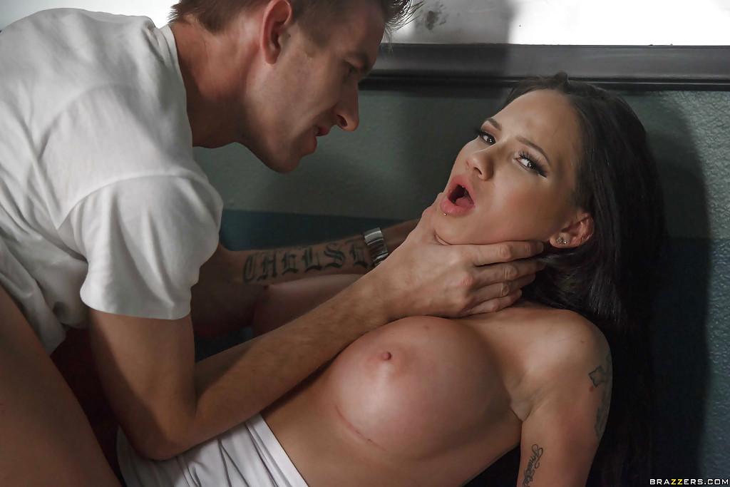Сисястая Ворон Бэй маленько задержалась с пацаном в туалете. Порно ворон.