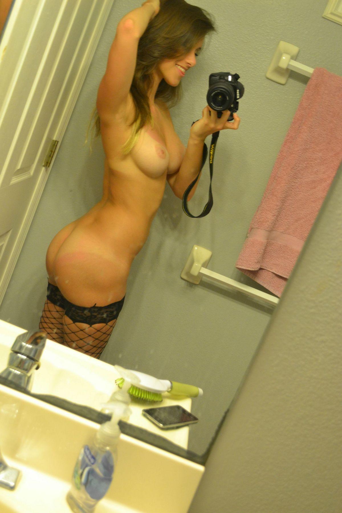 Худенькие пошлячки показывают тела перед зеркалом. Порно худенький.
