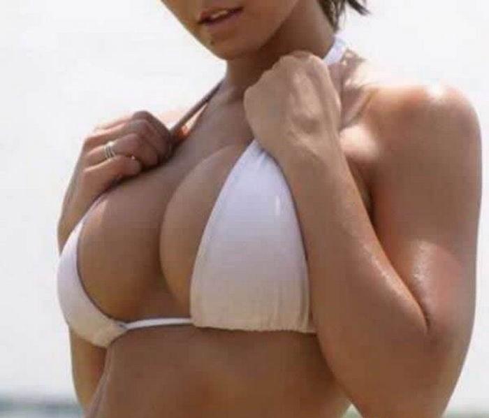 Милашки крупным ракурсом засняли свои плотные груди. Порно крупный.