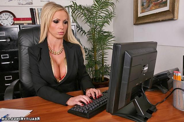 Офисная девка с золотым ошейником. Порно шлюшка золотым.