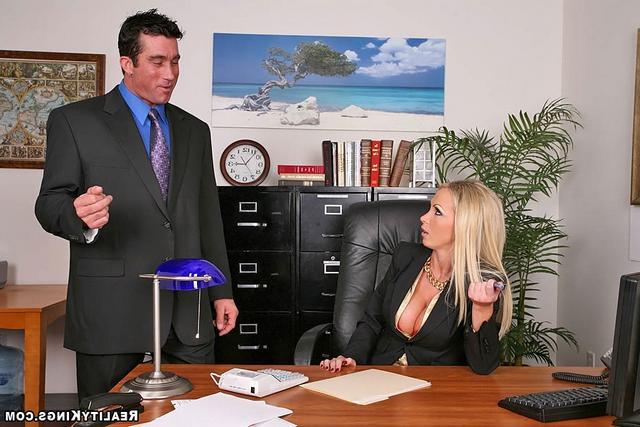 Офисная девка с золотым ошейником. Порно офисная.