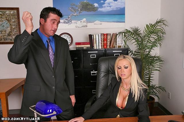 Офисная девка с золотым ошейником. Порно девка.