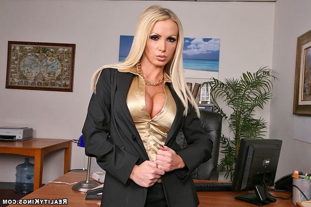 Офисная девка с золотым ошейником. Порно золотой.