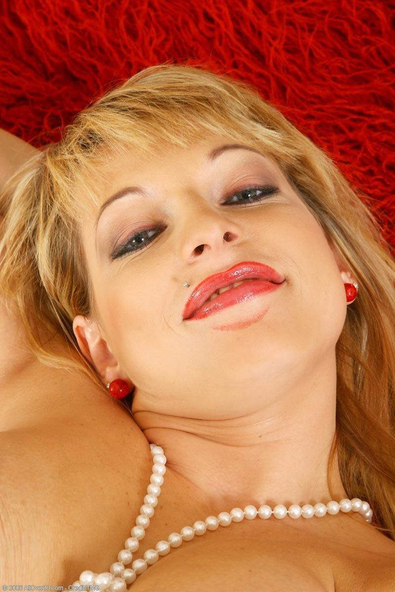 Горячая светлая порноактриса в форме санитарки занимается похотливой онанизмом. Порно развратный.