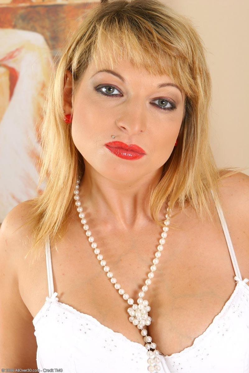 Горячая светлая порноактриса в форме санитарки занимается похотливой онанизмом. Порно светлый.