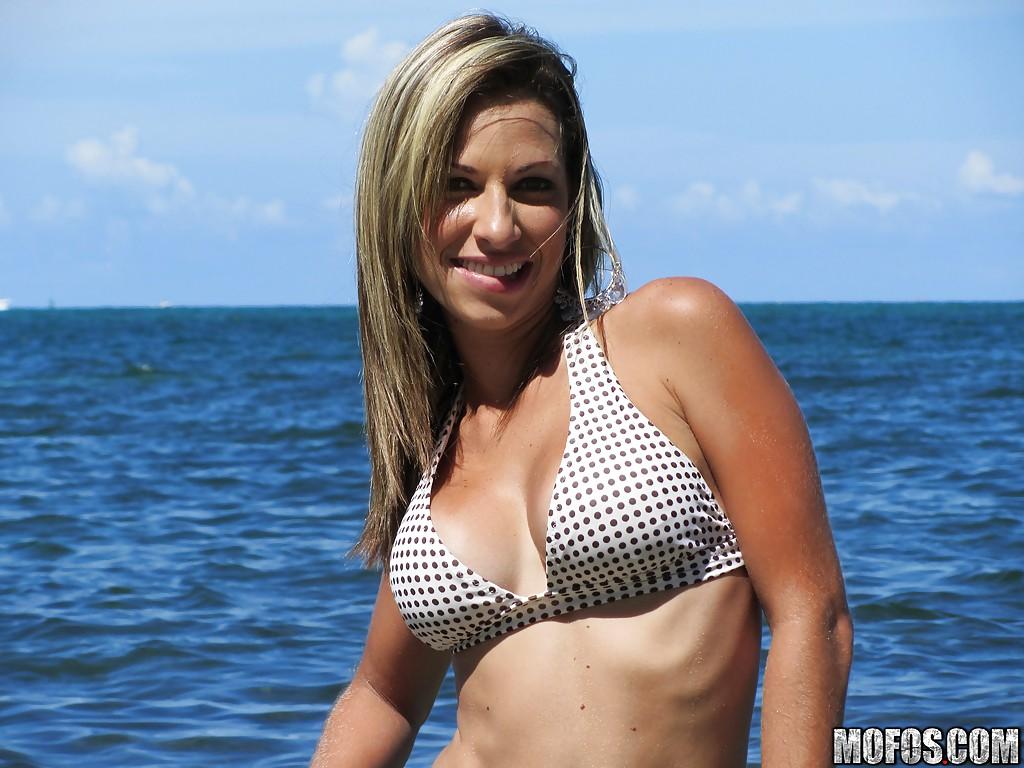 Соблазнительная девка на берегу моря красуется в изящном купальнике. Порно Возбуждающая баба.
