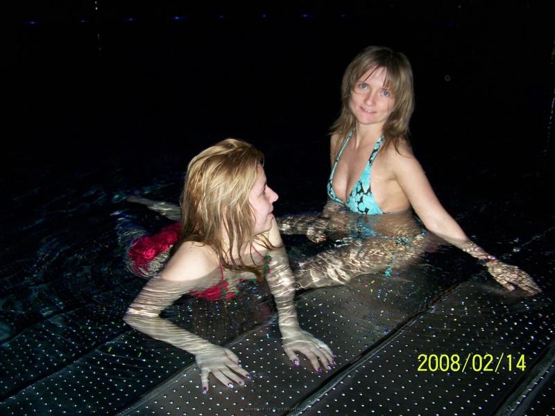 Девка залезла в бассейн и разделась. Порно залезть.