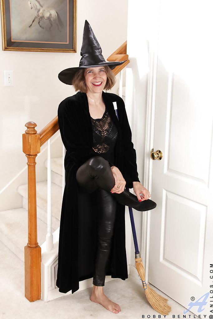 Старуха в тёмном пальто и шляпе обнажается в прихожей. Порно темный.