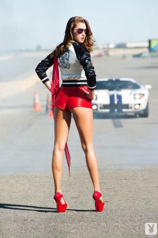Грациозная супермодель на гонках демонстрирует стриптиз. Порно гонка.
