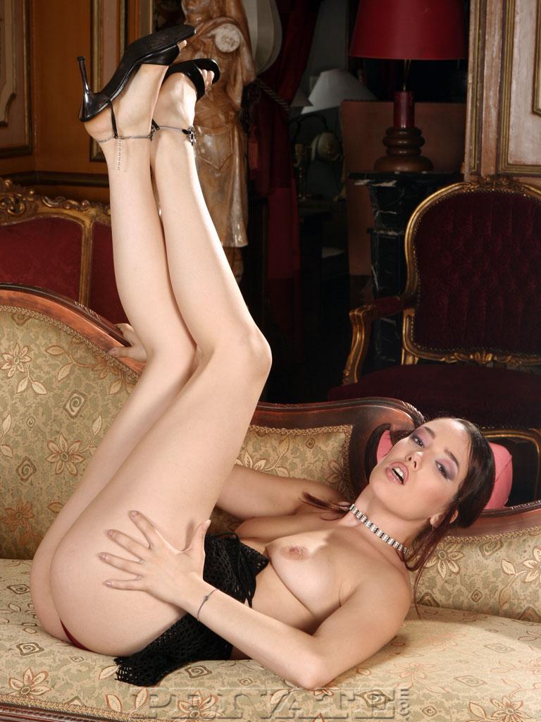 Классная темненькая девушка Синтия Лавин обнажает свои возбужденные ноги. Порно Cynthia.