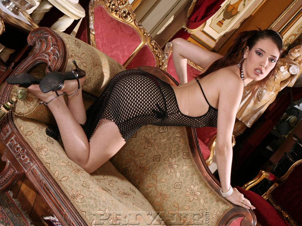 Классная темненькая девушка Синтия Лавин обнажает свои возбужденные ноги. Порно темненький.
