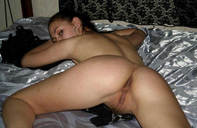 Русая порноактрисса охотно показывает мохнатую промежность соседу. Порно порноактрисса.