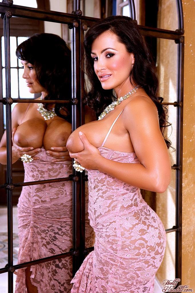 Сиськастая модель с темными волосами Лиза Энн ебет себя не снимая платья. Порно модель.