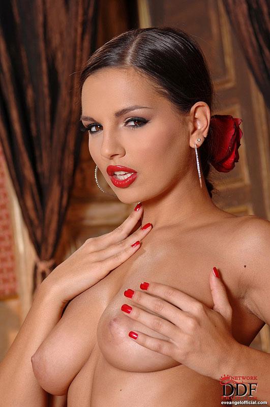 Элегантная нежная темненькая девушка в красном Ева Ангел снимает трусы и смотрит на тебя своими гламурными глазками. Порно элегантный.