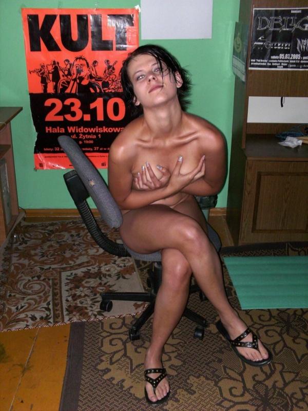 Красивая студентка бродит обнаженной по квартире своего юношу. Порно красивый.