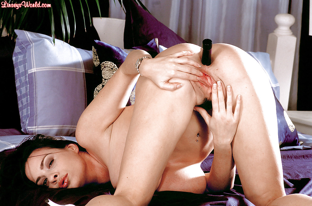 Грудастая фифа вогнала в анальное отверстие свою любимую секс игрушку. Порно фифа.