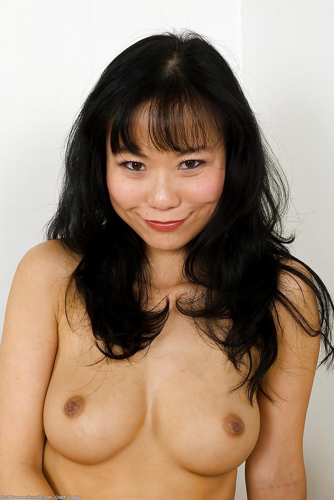Развратна азиатка и продемонтстрировала аккуратную пизду. Порно азиатка.