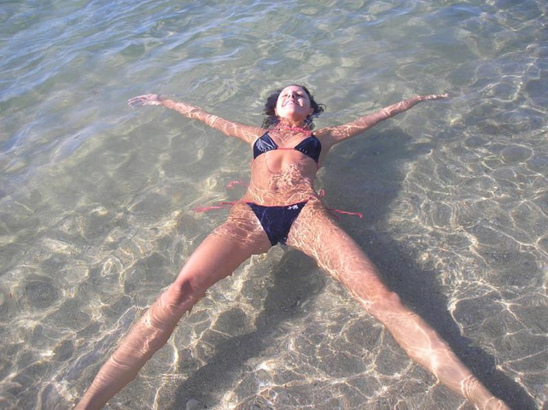 Стройняшка развлекается в купальнике у моря и демонстрирует свои буфера. Порно Милашка отдыхает.