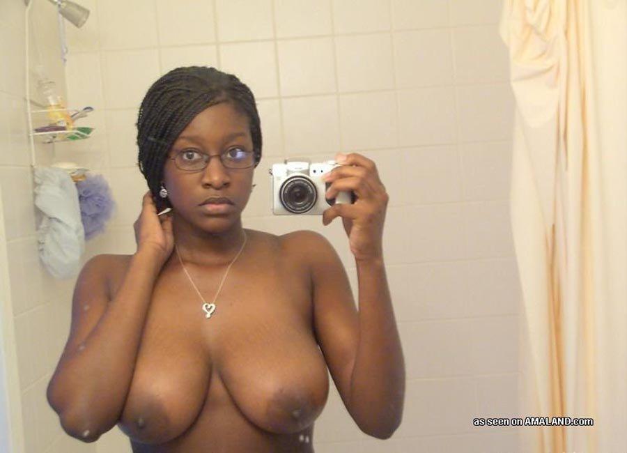 Негритянка фотографирует свои гигантские природные сиськи. Порно фотографировать.