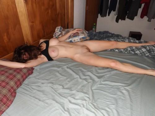 Голые девахи ранним утром в спальне. Порно девахи.