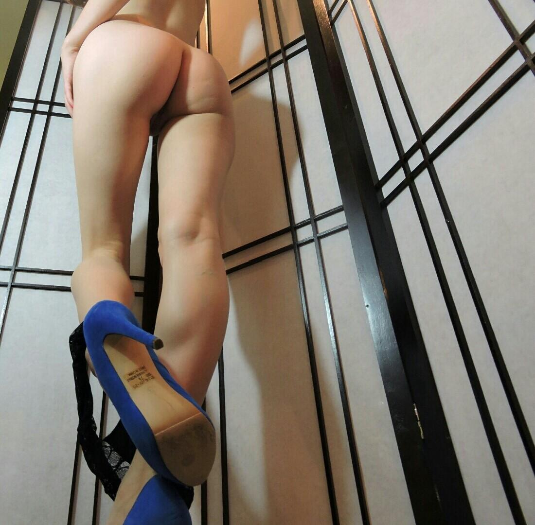 Rebecca Stilles в нарядных трусах в спальне обнажает сисяндры. Порно stilles.