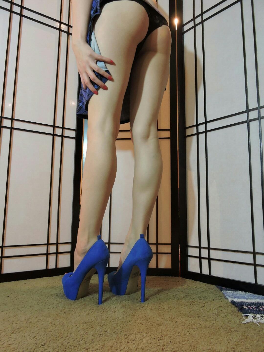 Rebecca Stilles в нарядных трусах в спальне обнажает сисяндры. Порно Rebecca.
