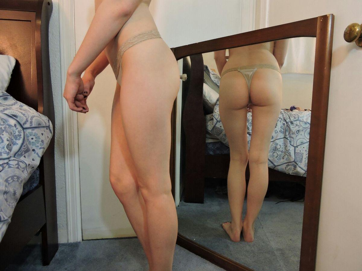 Rebecca Stilles в нарядных трусах в спальне обнажает сисяндры. Порно стрингах кровати.