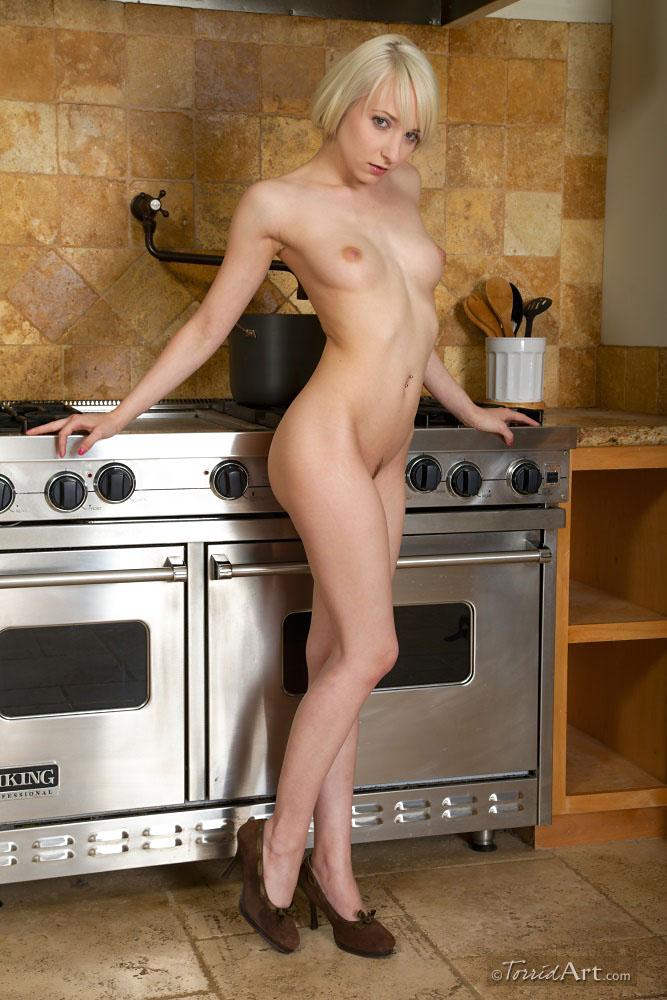 Грациозная соблазнительница Эшли Джейн оголяется на кухне. Порно стройный.