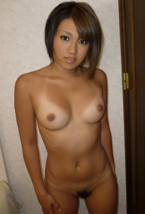 Подтянутые девушки с узкими глазами демонстрируют красивые сиськи перед объективом. Порно девушка.