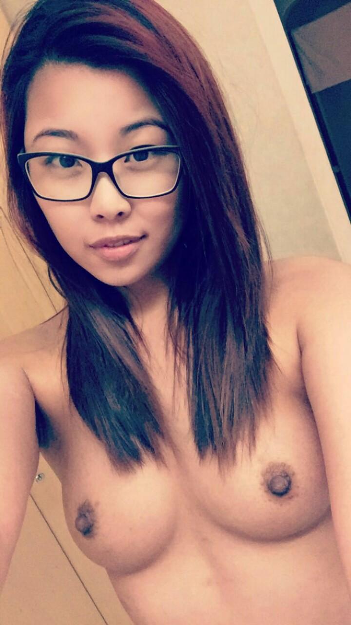 Подтянутые девушки с узкими глазами демонстрируют красивые сиськи перед объективом. Порно подтянутый.