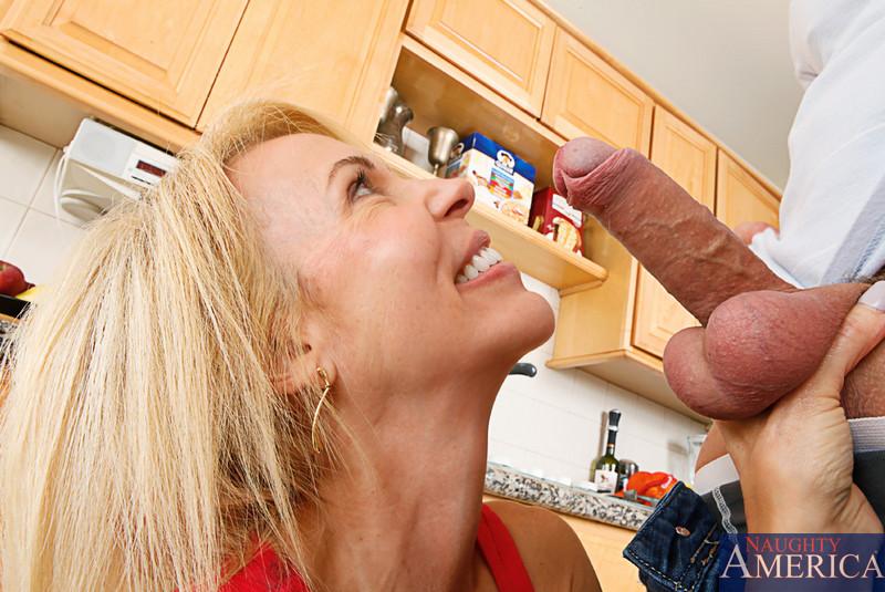 Видная светловолосая милфа Erica Lauren глотает огромный член и седлает его на кухне. Порно видный.
