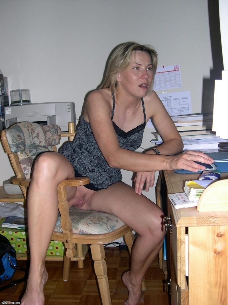 Возрастная хозяйка красуется и заглатывает. Порно хозяйка.