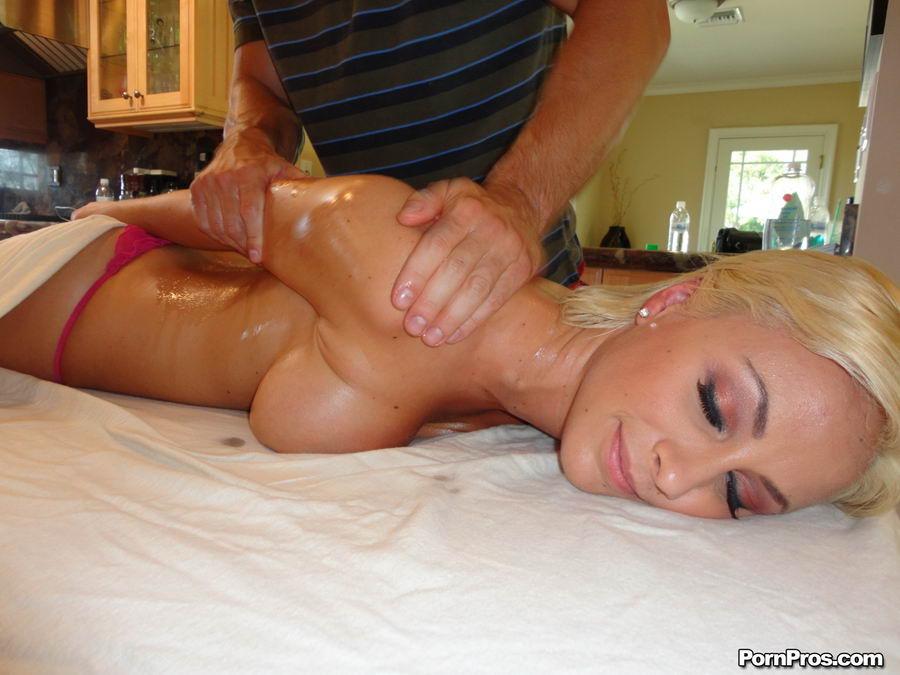 Дьявольски страстная грудастая проститутка - Lexi Swallow. Порно страстной.