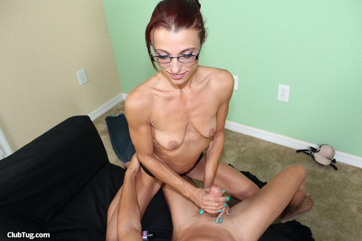 Барышня в возрасте схватилась за большой хуй и онанирует его своими ручками. Порно схватиться.